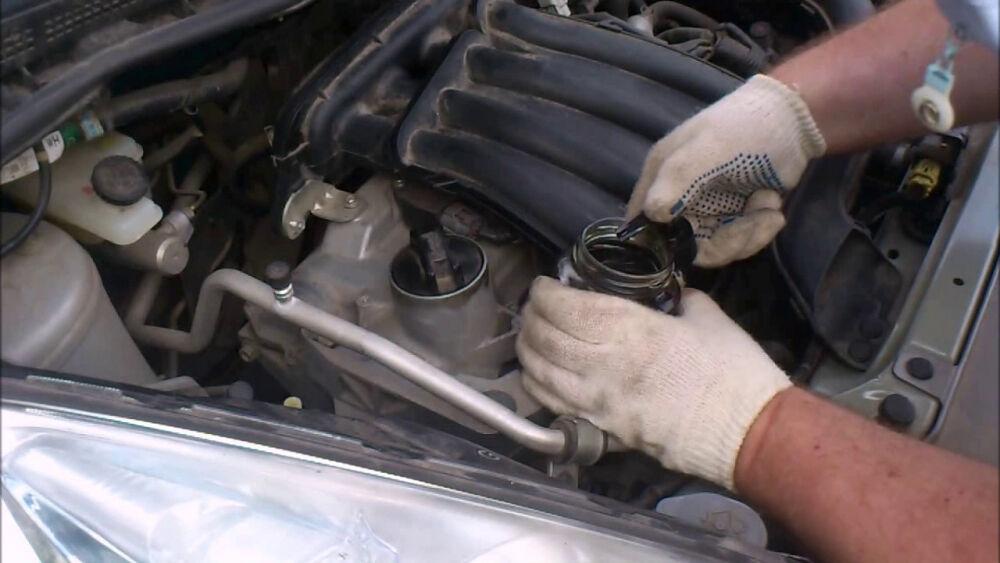 Как откачать излишки масла из двигателя подручными средствами