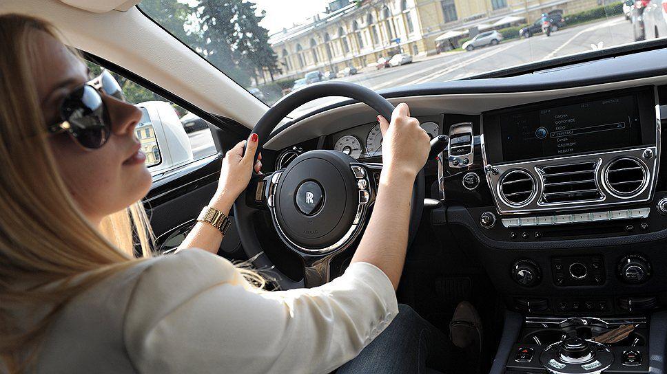Блондинка за рулем: вы на автомобилях, а я — на Rolls-Royce ...