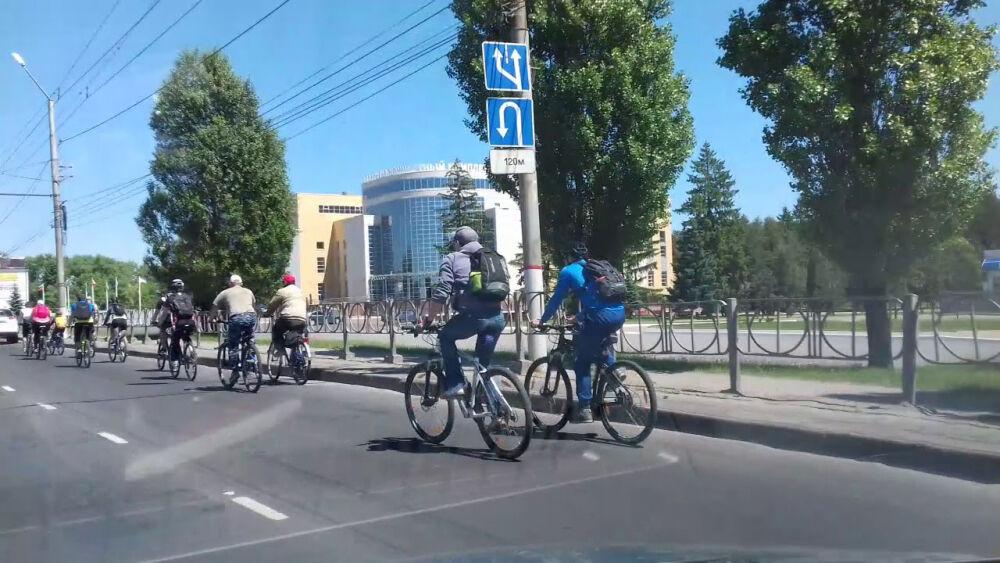 Движение колонны велосипедистов на Вело день в Курске 26 мая 2018 г ...
