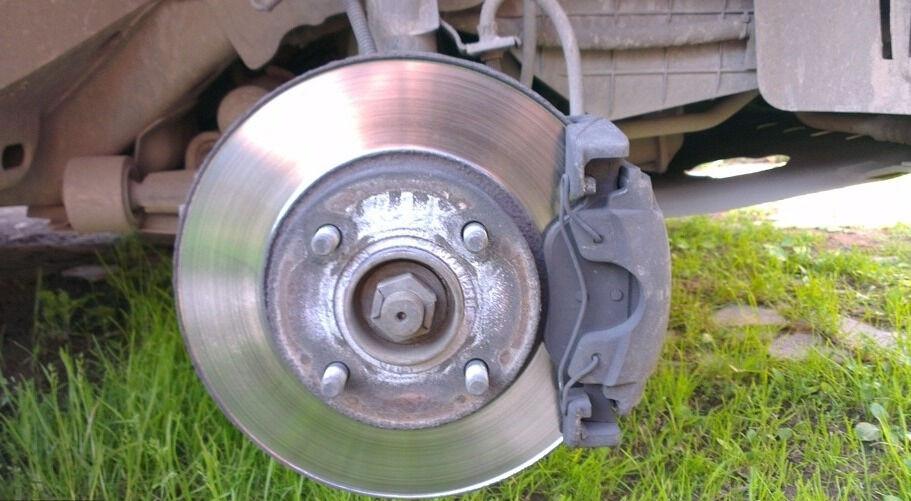 Как поменять передние тормозные колодки на Форд Фьюжн