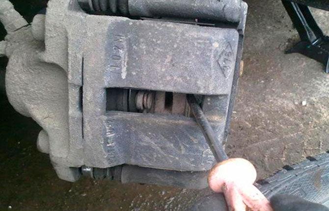 Как заменить тормозные колодки на автомобиле Рено Логан - пошаговая инструкция